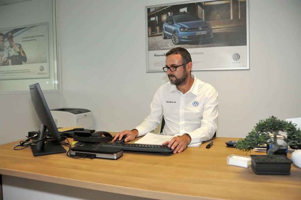 Directeur Garage Bourion à son bureau
