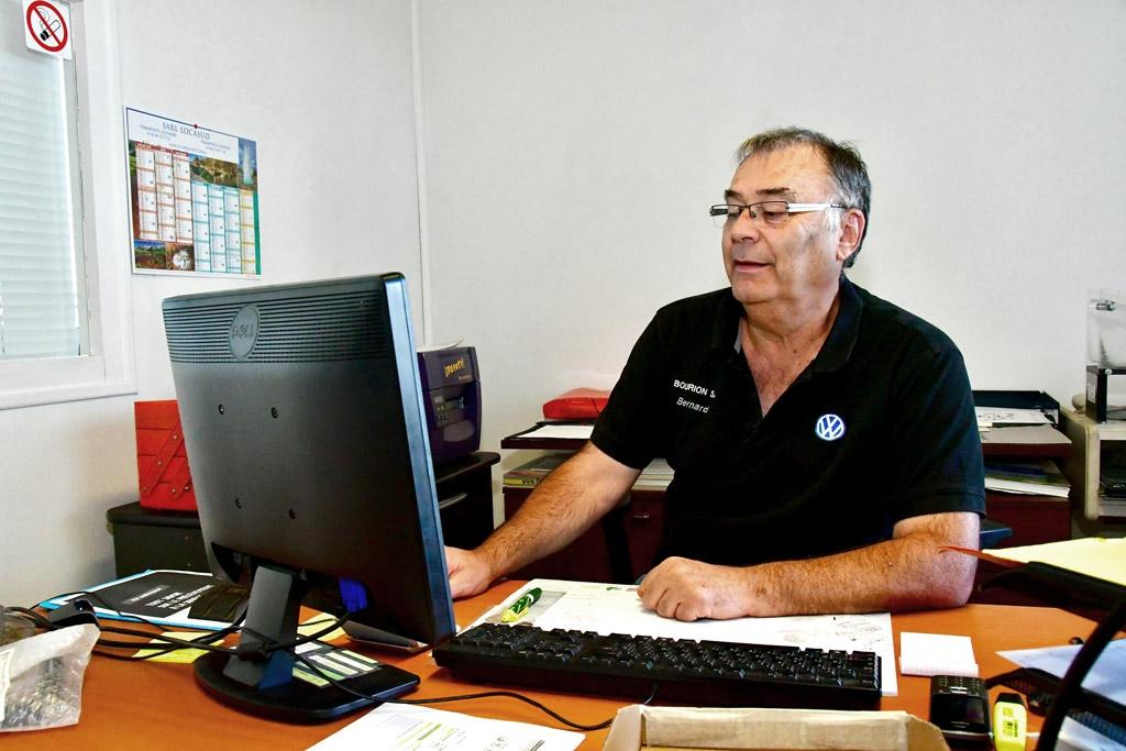 Magasinier Bourion à son bureau